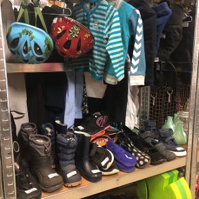 Blandet sko og tøj fra 25kr. Spørg til str./priser! Str. Fra 92 i tøj til dreng  Sko fra str.23-27 Tøj til pige fra str.104-134  Sko til piger fra str..31-34 Bobles fisk grøn 50kr med en del mærker Kan også findes på Flealoppen i Esbjerg stand 65