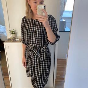 Helt ny kjole fra second female, rigtig sød.  Bindebåndet er løst og kan derfor også bruges uden.  Kan sendes eller afhentes i Aarhus ☺️