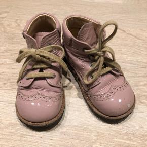 Lyserøde støvler uden for. Lidt slid på den ene skosnude.