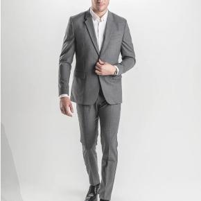 Sælger dette eksklusive og lækre jakkesæt fra det populære danske brand, Shaping New Tomorrow.  Bukser: 30/30 Blazer: Medium  Aldrig brugt. Nypris: 2700,-