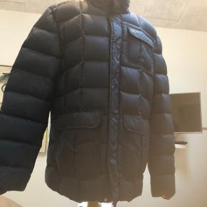 Fejl køb af herre jakke, aldrig brugt og fra ikke ryger hjem, ny pris 3800kr . Rigtig flot jakke i mørke blå ,i rigtig flot stand.
