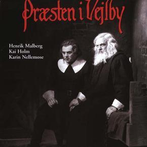 0172 -  Præsten i Vejlby (Henrik Malberg) (DVD) Dansk Film - I FOLIE  Præsten i Vejlby - den go'e gamle  Sognepræsten i Vejlby bliver dømt og henrettet for mordet på sin gårdskarl, Niels Bruus. Herredsfogeden må bøje sig for beviserne og dømme ham, selvom han faktisk skulle have været gift med sognepræstens datter, Mette. Adskillige år senere dukker Niels pludselig lyslevende op, og dramaet tager en ny og uventet drejning...   Filmsuccesen Præsten i Vejlby fra 1931 var den første danske spillefilm med dansk tale, og er samtidig den fantastiske filmatisering af Steen Steensen Blichers novelle. I de mandlige hovedroller ses overbevisende Henrik Malberg og Kai Holm. Endelig ses Karin Nellemose, der senere skulle blive en af de mest markante skuespillerinder i Danmark - ikke mindst på grund af hendes rolle som Misse Møghe i TV-serien Matador .   Filmen er siden blevet genindspillet i 1972 med Karl Stegger i hovedrollen.  Tekst fra omslag