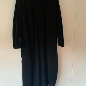 Skøn sort strik fra MB.  Style: Catelyni Strikken er i rigtig fin stand, men har lidt fnuller (som kan fjernes) efter brug.   Kan passes af str. 36-38-40.  Sender gerne.