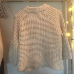 Sød vila cardigan/sweater. En knap sidder lidt løst, og den er brugt med rigtig fin. Sender og kan afhente på Nørrebro.