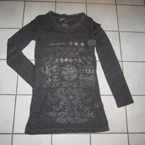 #Secondchancesummer  Lækker og meget feminin bluse fra Nü By Staff Woman med flot mønster, i god længde.