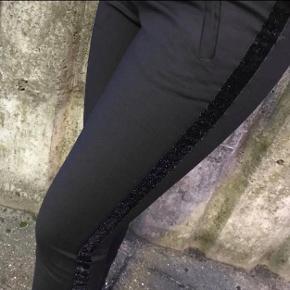 De populære klassiske bukser fra vero moda  Str S. Længde 32  Brugt få gange og fremstår som nye