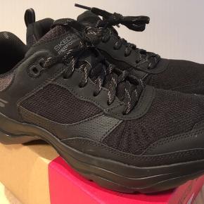 Sneakers, str. 40, SKECHERS  GOwalk Mantra Ultra. Model: 15796BBK (kr. 749,-) Mærket str. 39, men svarer til en str. 40.  Anvendt ganske få gange, et nummer for store.