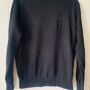 Flot trøj fra tommy Hilfiger sælges Str m Brugt men har stadig fin stand  Mp 100kr