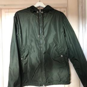 Moncler jakke i str.4 Næsten ikke brugt.  Har alt OG Skriv for flere billeder BYD