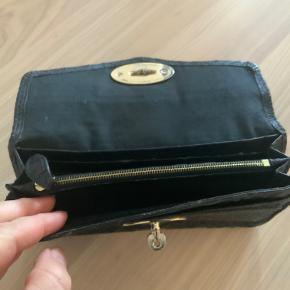 Fin pung som er brugt en del, der er slid på hjørne m.m. Dog vil læder creme dog hjælpe en del alt fungerer.
