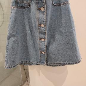 Denim nederdel i lyseblå fra Noisy May i xs. Næsten ikke brugt.