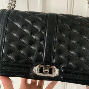 Sælger min Rebecca minkoff taske. Ny pris var 3000 mener jeg.  Byd Sælger kun hvis rette bud kommer