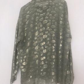 Gennemsigtig skjorte med lyst guld glimmer fra Stine Goya, vaske mærker er klippet ud og kan ikke huske hvad størrelse den er. Men jeg er en str. 38/40 og den passer mig. Sølver den da jeg ikke får den brugt. Den kan afhentes på Vesterbro eller sendes på købers regning💌