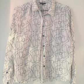 Fin skjorte brugt få gange. 125 inkl DAO