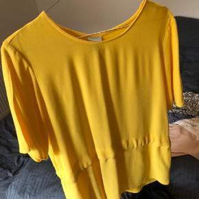 Rigtig fin trøje fra Selected med bindebånd så man selv kan stramme ind i taljen. Fejler intet.