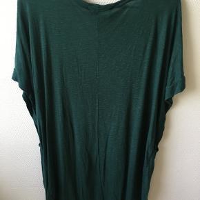 Lækker blød lang t shirt med guldstjerne på fronten og dyb v udskæring.