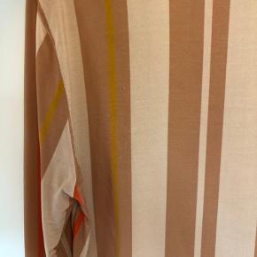 Mega fin overdel fra Stine Goya, god til jeans. Den har en lille smule fnuller bagpå ved skulderen og en lille plet på maven, den kan måske gå af