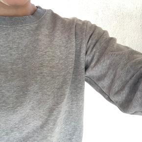 Basic swetshirt fra H&M. Str. S