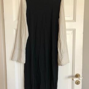 Sort kjole fra COS med hvide skjorte ærmer.  Jeg har været meget glad for den, men det er tid til at give den videre til en anden glad køber.
