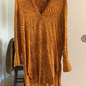 Lækker kjole tunika fra Levete room brugt et par gange. Knappen på ærmet er desværre faldet af men knappen er syet på igen, men elastiket der er sat op er en meget lille anelse lysere end den anden, men ingen betydning vil jeg sige :-)