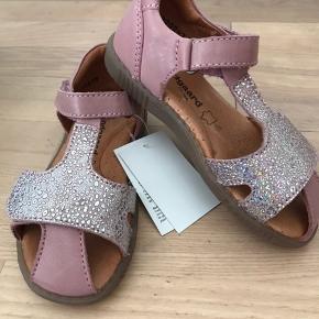 Ubrugte sandaler str 26 måler ca 16,8 cm indeni .  Nypris 699 sælges til 325 pp eller hentes i Ørestaden Kbh s I flot rosa farvet læder , de er sååå fine.  Bytter ikke ..