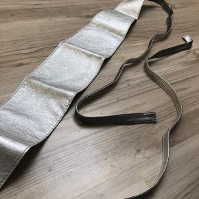 Fedeste sølv bælte fra ukendt mærke.  • Bindes selv og kan justeres samt styles forskelligt • Måler cirka 210cm  • MP: 10kr