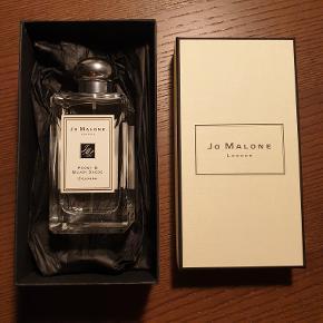 Jo Malone Peony & Blush Suede 100 ml. Nypris: 900 kr. Helt ny og uåbnet (aldrig prøvet) Fejlkøb, det var en anden variant jeg ønskede mig, men fik denne og kan ikke byttes da min mand smed kvitteringen ud desværre. Så sælger denne fine parfume som blev købt for 2 uger siden. Kom gerne med et fair bud.   Kan hentes på min adresse eller jeg kan sende eller jeg kan lave en handel over tradono og sende, ønsker bud eksl. fragt.