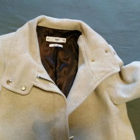 Flot Mango frakke,brugt få gange Uld frakke med for.St.  S/M cm under bryst er 52.   Længde 88.