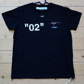 """Off-White """"02"""" """"Caravaggio"""" For All Kortærmet T-shirt, Sort Str. S - Fitter større Jeg er 182 og den fitter mig ganske fint. Fitter op til 184 ca. Model / Reference: omaa027f18aa0003 - Se Tag Stand: 9.5/10 - Aldrig været brugt Har også posen til den Vil hellere have XS eller en blå t-shirt til sommeren Bud modtages gerne, men prisen er god!  Slå modelnummeret op på Google for officielle billeder/priser Lignende bliver solgt på Grailed for omkring $200 - $250 (1325 - 1650 kr.)  Mål: Armhule til armhule: 56cm  Armhule ned til bunden: 45cm  Flere billeder kan sendes på telefon, Instagram, Facebook, snapchat etc. Befinder sig i Aalborg og jeg kører gerne lidt til den rette pris. Er også ofte i Århus, nogle gange i Ikast. Kan også snildt sendes.  Telefon: 20 23 55 06 Facebook: ralle.knaldsen Instagram: RasmusSkovKjeldsen  Køb via Tradono eller Trendsales - Så er du forsikret Ellers er MobilePay, Bankoverførsel, kontant eller Paypal fint."""