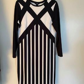 Denne kjole er kun brugt en enkelt gang. Sælges da jeg har for mange kjoler. Se gerne mine andre annoncer ☺️