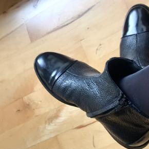 Fin Angulus støvlet, i præget skind med lak detaljer på snuden og bagpå. Kun brugt få gange.