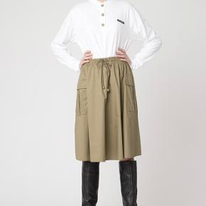 Smuk nederdel med lommerne på siden fra Resume' seneste kollektion fall/Winther2020. Den er 100% bomuld og har lommer på siden samtid elastik i taljen.  Den er aldrig brugt og kommer fra et ikke ryger og ikke dyre hjem.  Respekter venligst at jeg ikke bytter og køber betaler porto samt gebyr ved tspay.