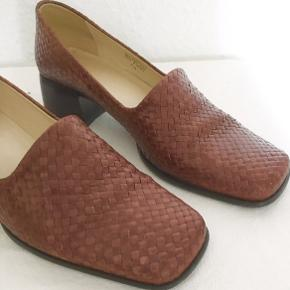 Woven square toe flats (4.5 cm heels) leather made from Brazil. Worn only few times. Very good condition.