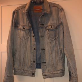 Næsten helt ny levi's jakke, super lækker kvalitet med sejt rough look. Str. M