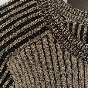 Fejlkøb. Super smuk bluse 'Jean Pullover' fra Stine Goya i str. XS/S. Gratis fragt ved køb af minimum to ting, til en samlet værdi af 100kr eller derover.