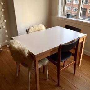 Spisebord som fremstår flot. Ingen skader eller umiddelbare ridser på bordpladen. Dansk design.  Den er utrolig praktisk, da den kan forlænges gennem de tillægsplader, som man trækker ud under bordet.  L: 120 (hver tillægsplader måler 50 cm)  B: 80  H: 75  Kan afhentes i Århus C.