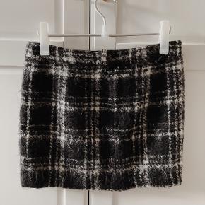 Smuk nederdel i uld fra Ganni. Brugt få gange. Der kommer et billede af min egen senere. Nypris 1200 kr.