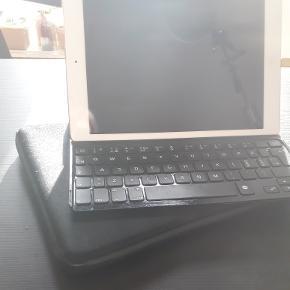 IPad air 8 GB. Et par år gammel. Sælges uden original oplader (og kasse). Der medfølger et cover og et tastatur, som mangler en tast