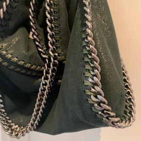Sælger min stella McCartney taske i den fedeste grønne farve!  Den er blevet brugt Max 5 gange og har ingen tegn på slid. Dustbag og kvittering haves, hvis jeg kan finde den i mit flytterod😬 Np: 6000kr  BYD, er meget åben:)
