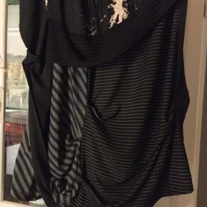 super flot nederdel fra Forla Paris, one size farve sort grå, med forskellige stoftyper, mønstre og draperinger. 45% bomuld 55 % Polyester næsten som ny. bud fra 175 kr + evt. forsendelse  *Handel kan foregå kontant, via TS, bankkonto & Mobilepay*