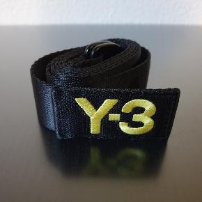 """Sælger dette """"slogan"""" bælte fra Y-3 som er lavet i samarbejde mellem den japanske designer Yohji Yamamoto og den store sportsgigant Adidas.   På bæltet står der:  """"HEY-3 WHY-3 DON'T Y-3OU CALL ADIDAS?"""".  Bæltet er brugt meget lidt og har få skrammer  Bæltet er en størrelse medium (125 cm langt).  Skriv endelig, hvis du er interesseret eller har spørgsmål :-)  Varen kan afhentes eller sendes mod betaling  Se gerne mine andre annoncer for andre varer."""