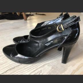 Varetype: Heels Farve: Sort Prisen angivet er inklusiv forsendelse.  Super flot sko fra Billi Bi, købt herinde str 38 Desværre er min fod lidt for bred.  Synd de bare skal stå i mit skab Nypris 1099,-
