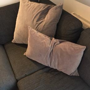 Fine velour pudebetræk fra H&M home og IKEA.  Det lille er 40x70 cm.  Det store er 65x65 cm.   I rigtig fin stand, brugt meget lidt.