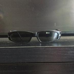 Super fede vintage persol solbriller, sælges..     De er i brugt, men fin stand, alderen taget i betragtning..    ingen videre  flaws, eller lign..    Bemærk det er en lille model ( de måler kun 13,5 cm, over broen), så man skal ikke have et alt for bredt hoved, for at kunne passe dem..    Fedt alternativ til Ray Ban, og lign brands..    Sælges uden original etui, men et andet haves, hvis dette ønskes med?     SE OGSÅ ALLE MINE ANDRE ANNONCER.. :D