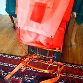 Gammel vintage rygsæk med rygbøjle og en indhak forneden til at binde et telt fast og har en masse rum og mave bælte til at spænde den fast er god til diverse shelter ture eller lignende, er i god stand det eneste fejl på den er solskade på farven af stoffet.