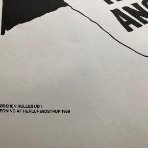 """Tegning (tryk) af Herluf Bidstrup Udgivet i 1978 af Danmarks Kommunistiske Parti  """"Løberen rulles ud""""  Størrelse: 42x29,5 cm.   Enkelte håndteringsspor og en anelse gulnet helt ude i kanten.   Sender gerne 👀  Biografi Født: 1912 Død: 1988 Christian Hans Herluf Bidstrup, tegner, var søn af dekorationsmaler Hermod Gustav Bidstrup og Augusta Emma Bertha Schmidt. Han blev uddannet på Kunstakademiet i årene 1931-35 og debuterede som bladtegner i Socialdemokraten i 1936. I 1936 blev han ansat ved Berlingske Tidende for at tegne serien P.S. Kummerfryd. Bidstrup producerede strips til 3-4 måneder, men blev så afskediget som tegneserieleverandør. I mellemtiden var han nemlig begyndt at tegne for dagbladet Socialdemokraten. Herluf Bidstrup arbejdede her indtil 1945. I samme periode leverede han tegninger til Kulturkampen, Blæksprutten og Svikmøllen. Efter befrielsen i 1945 kom han til Frit Danmark og startede sit mangeårige engagement ved det kommunistiske dagblad Land og Folk. Han fortsatte sine satiriske tegneserier og leverede parallelt hermed rejseindtryk fra Østeuropa. Hans berømte striber fra glansperioden på Land og Folk fik en reprise i Fælles Kurs' blad """"AB Weekend"""" efter at Herluf Bidstrup og Preben Møller Hansen var blevet træt af det bovlamme DKP. Herluf Bidstrups tegninger blev bragt i tidsskrifter, aviser og bøger ikke blot i Kina og Sovjetunionen, men også i Japan, Den Mongolske Folkerepublik og alle de østeuropæiske kommunistiske stater. Han fik udgivet en række bøger i Østeuropa og bidrog også til det sovjettiske dagblad Pravda. I 1964 modtog han den internationale Lenin-fredspris og modtog desuden den sovjettiske """"Arbejdets røde fanes orden"""", DDR's medalje for venskab mellem folkene - foruden at han blev æresborger i den bulgarske by Gabrovo og æresmedlem af Sovjetunionens Kunstakademi. Han blev gift den 23. oktober 1939 i Gentofte med Ellen Magdalene Olsen (03-01-1917 - 01-02-1992)  H. Bidstrup ligger begravet på Lillerød Kirkegård i Allerød."""
