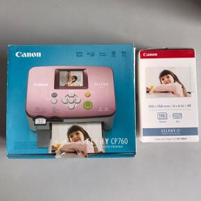 Hej! Jeg sælger denne kompakte fotoprinter fra Canon. Modellen hedder Canon Selphy CP760. Sælges da den bare står og samler støv. Alle delene er med og fungere perfekt.  Printeren indeholder begge blækpatroner der medfølger fra ny, den ene har godt nok ligget i printeren i lang tid, så vil ikke garantere den stadig virker. Men næsten alle de fotopapirer der fulgte med printeren fra ny er der stadig, så den har været brugt meget lidt.  Dertil har jeg en uåbnet æske Color Ink Paper Set med 108stk fotopapir + én blækpatron som bruges i printeren. Denne pakke følger med i købet her.  Printeren er en udgået model. Slår man den op på nettet står der den koster 695kr. Jeg ved dog den kostede mere dengang jeg fik den.   Æsken med de 108stk fotopapir + én blækpatron koster fra ny 245kr.  Dette sælges samlet for 500kr eller kom med et realistisk bud:))