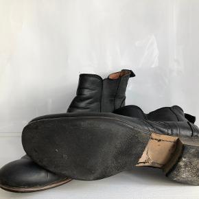 Sorte lederstøvler i god stand.