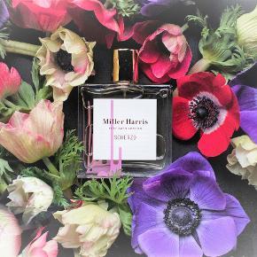 "Ny duft fra nicheparfume huset Miller Harris ""Scherzo"" Eau de Parfum, 50 ml. Kun testet så som ny. Noter: Patchouli, vanilje, oudh, Olibanum, narcis, davana. Købspris 850kr"