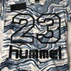 Varetype: T-shirt Størrelse: 10 Farve: Blå  Skøn ny pige t-shirt, str 10 - stadig med mærke.  Sød detalje med lille bi bagpå nederst ( se andet billede)